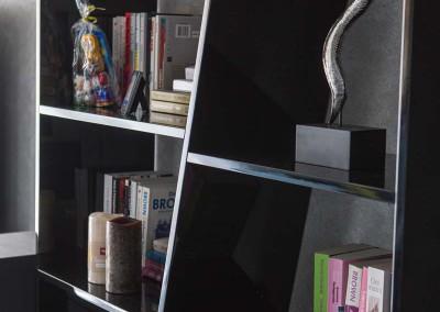 Zbliżenie na półkę na zamówienie w salonie bydgoskiego mieszkania.