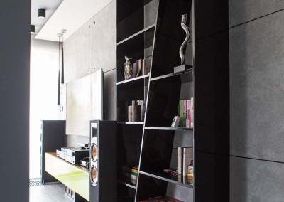 Designerska, czarna półka na wymiar dla salonu w luksusowym apartamencie.