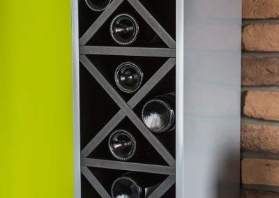 Stylowa półka na wymiar dla butelek wina.