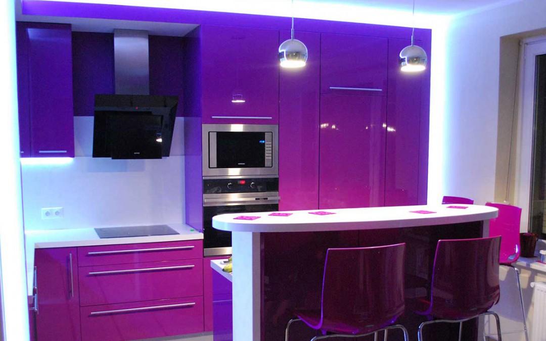 Efektowna kuchnia w blasku świateł – podświetlenia i oświetlenie kuchni na wymiar