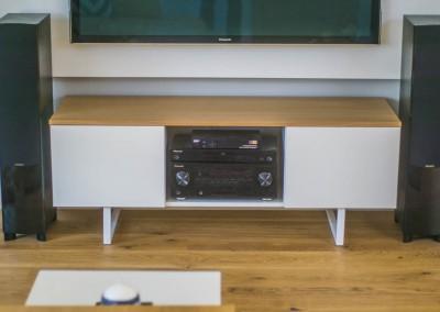 Stolik RTV pod TV dla wnętrza salonu.