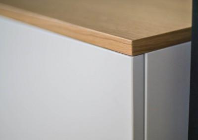 Zbliżenie na precyzyjne wykończenie stolika na wymiar.
