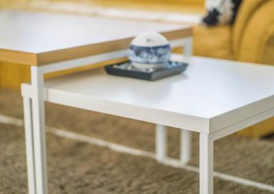 Zbliżenie na wysuwaną część stolika na wymiar do salonu.
