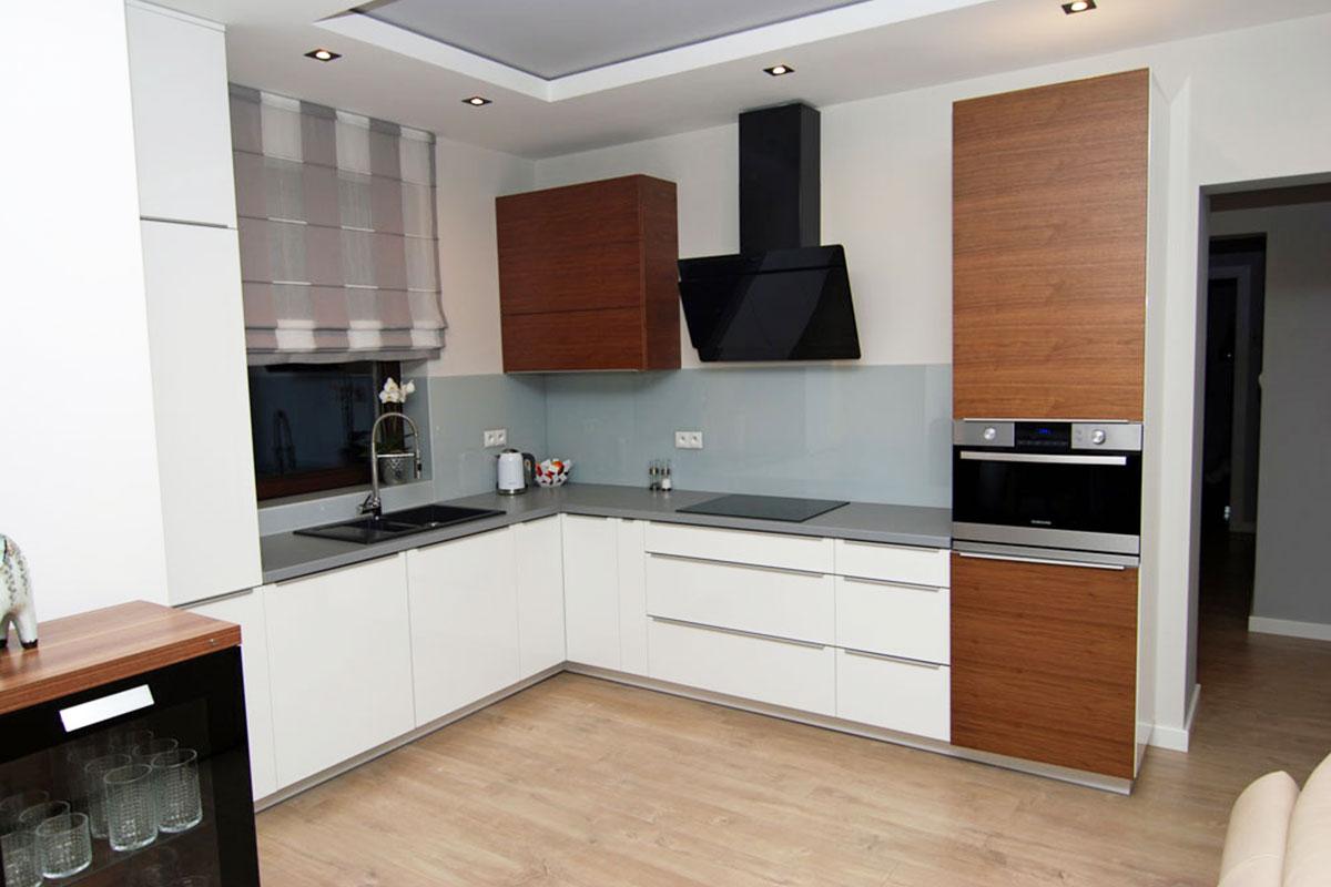 meble kuchenne w bieli z odcieniami drewna mobiliani
