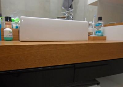 Meble łazienkowe z przewagą bieli