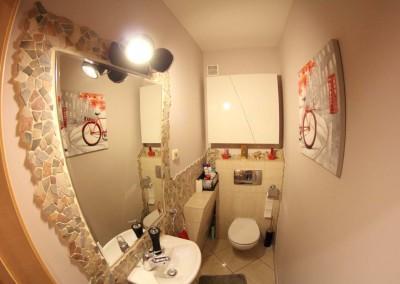 Meble łazienkowe w jasnych barwach
