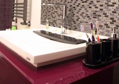 Meble łazienkowe w odcieniu bordo