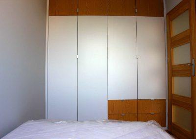 Biało - drewniana szafa w sypialni .