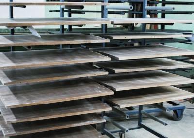 Elementy przyszłych mebli gotowe do następnego etapu produkcji