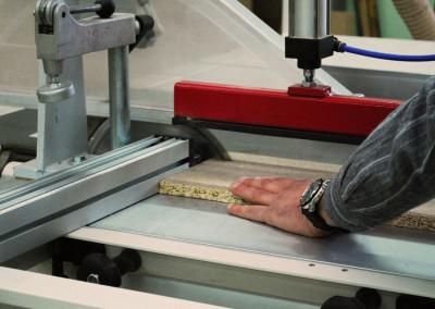 Pracownik przy produkcji mebli