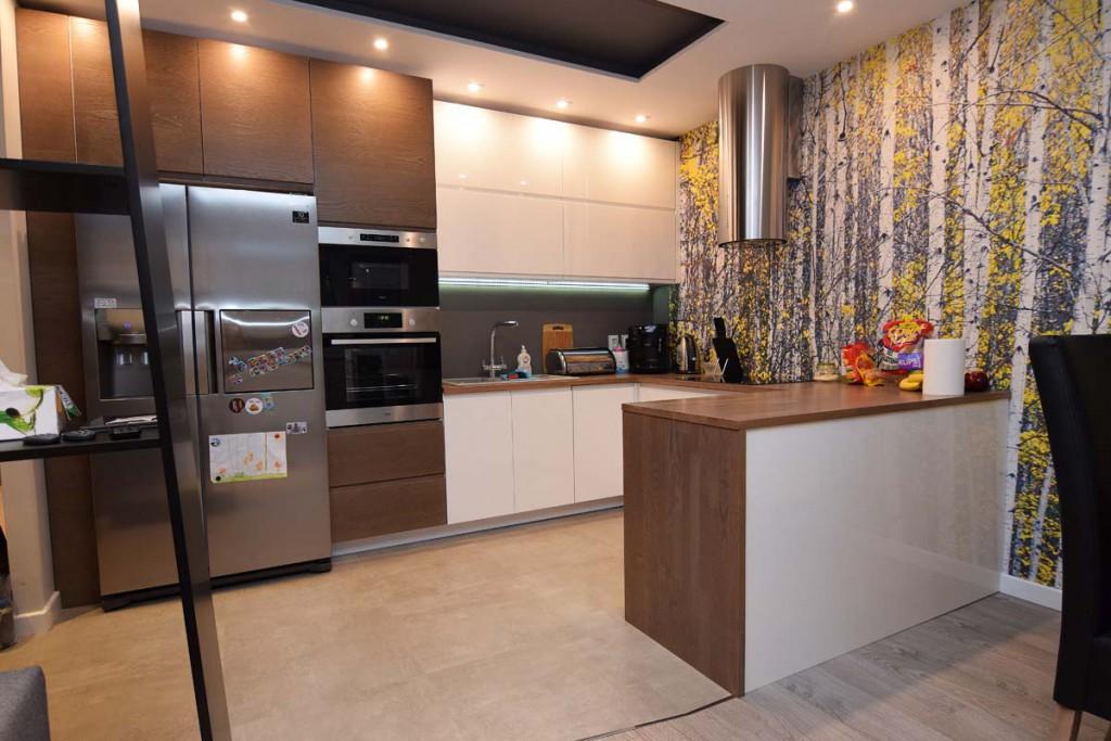 Meble kuchenne na wymiar z białymi , lakierowanymi frontami szafek.