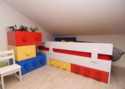 Meble w kształcie klocków do pokoju 6-latka wyprodukowane wg projektu wnętrza