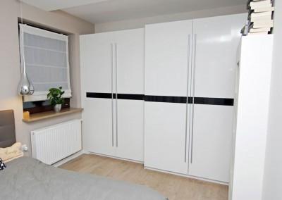 Widok z boku szafy na zamówienie do wnętrza sypialni - Mobiliani.