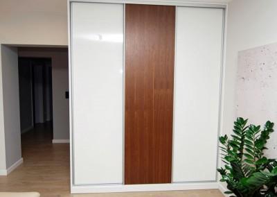 Szafa w zabudowie dla wnętrza salonu z przesuwanymi drzwiami.
