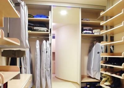 Garderoba w jasnych barwach z funkcjonalnymi modułami - Mobiliani.