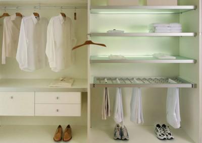 Biała i jasna garderoba na wymiar w doświetleniem led dla komfortu korzystania.