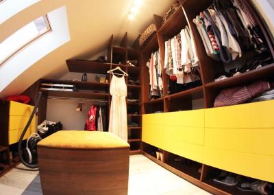Pojemna i funkcjonalna garderoba zorganizowana na poddaszu.