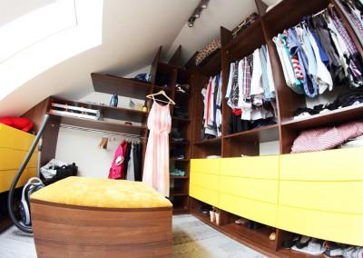 Garderoba na wymiar w projekcie poddasza bydgoskiego domu.