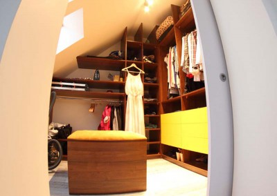 Garderoba na poddaszu w odcinaniach brązu oraz intensywnej żółci.