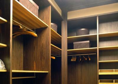 Górna część garderoby na wymiar o mieszanej kolorystyce.