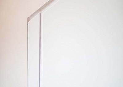 Zbliżenie na precyzyjne wykończenie szafy na zamówienie.
