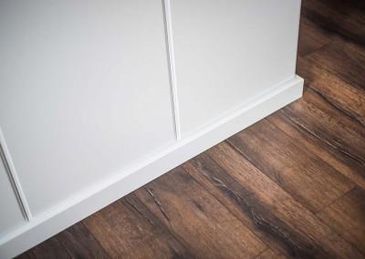 Listwa łącząca szafę z podłogą we wnętrzu.