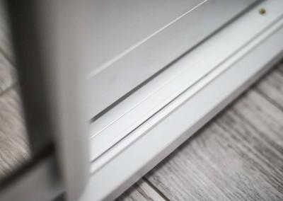 Szyna w szafie z drzwiami przesuwnymi.