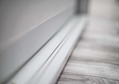 Estetyczna listwa podłogowa dla szafy na zamówienie.