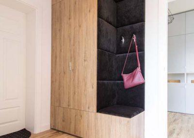 Pojemna szafa na wymiar do przedpokoju w domu jednorodzinnym.