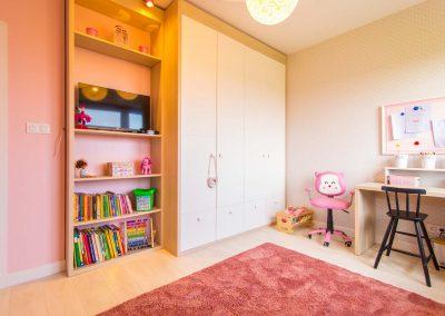 Szafa na wymiar w pokoju dziecięcym dla dziewczynki.