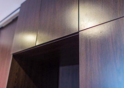 Zbliżenie na precyzyjne wykończenie szafy na wymiar.