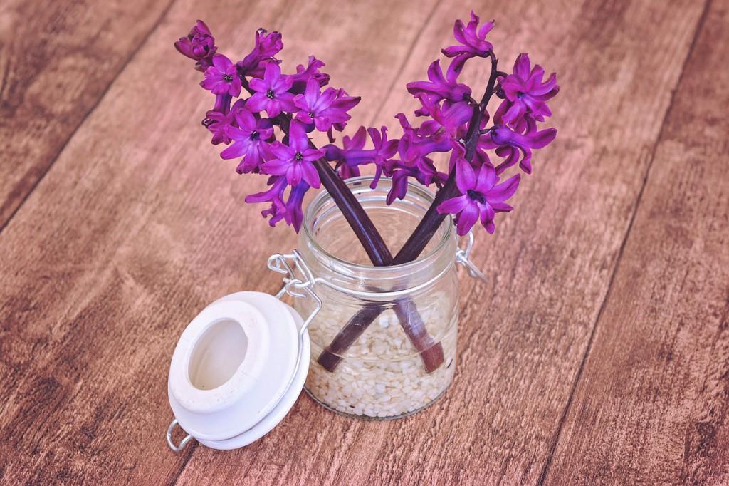 Żywe kwiaty w kazonie na drewnianym stole w kuchni - styl skandynawski, Mobiliani, Bydgoszcz.