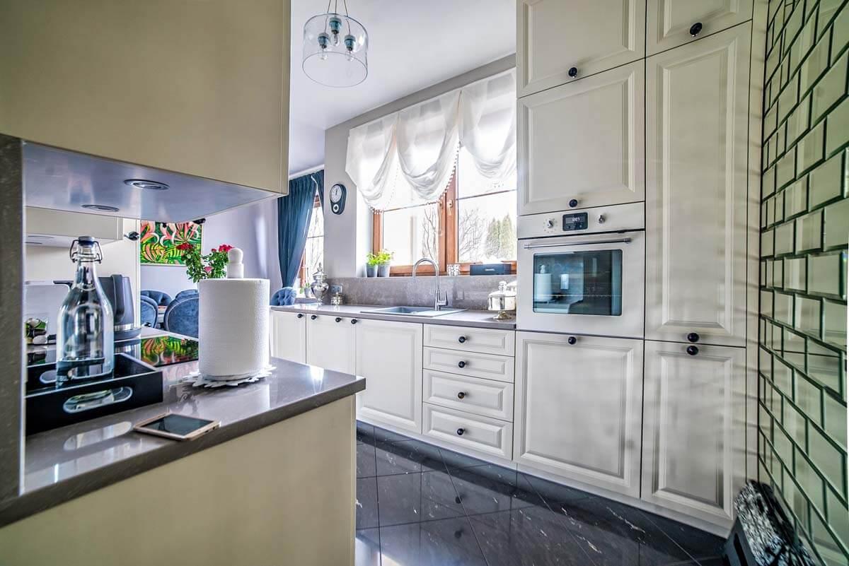 Zdjęcie z realizacji kuchni na wymiar w bardzo eleganckim stylu.