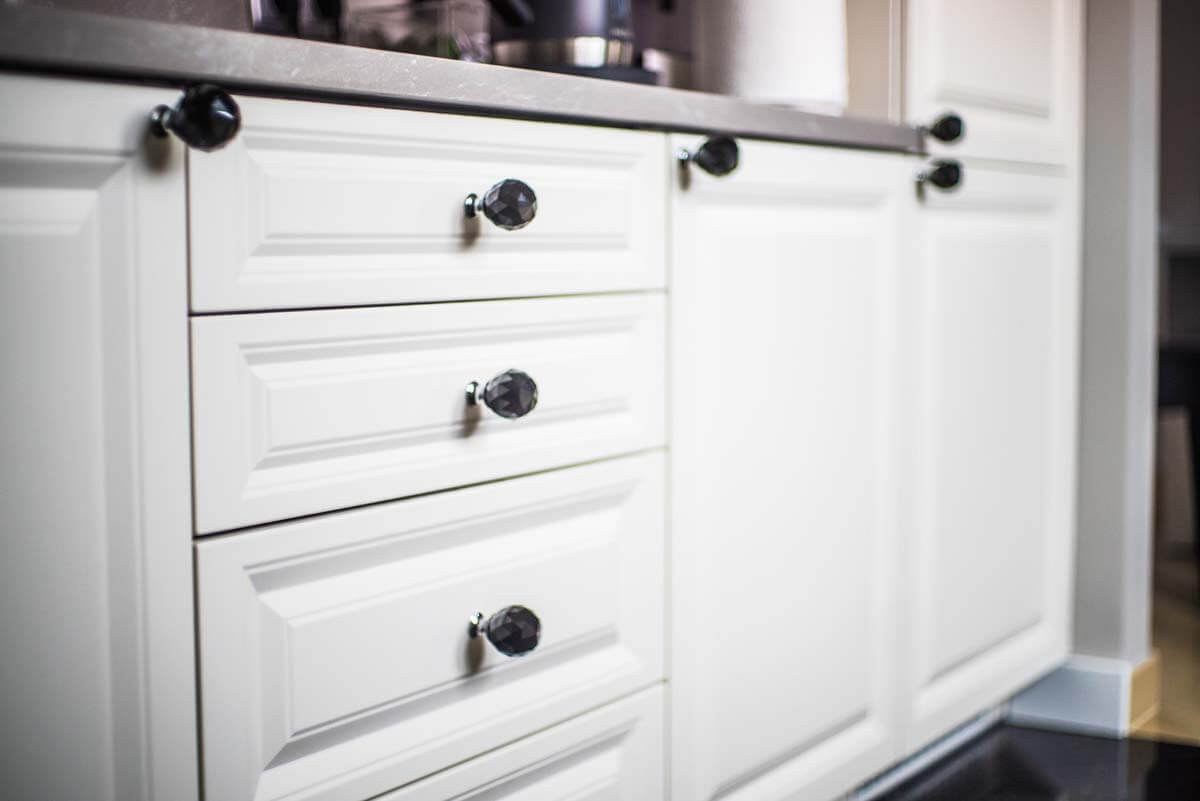 Fronty dolnych szafek kuchennych w meblach kuchennych.