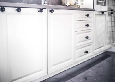Zdjęcie prezentujące wykończenie dolnych szafek.