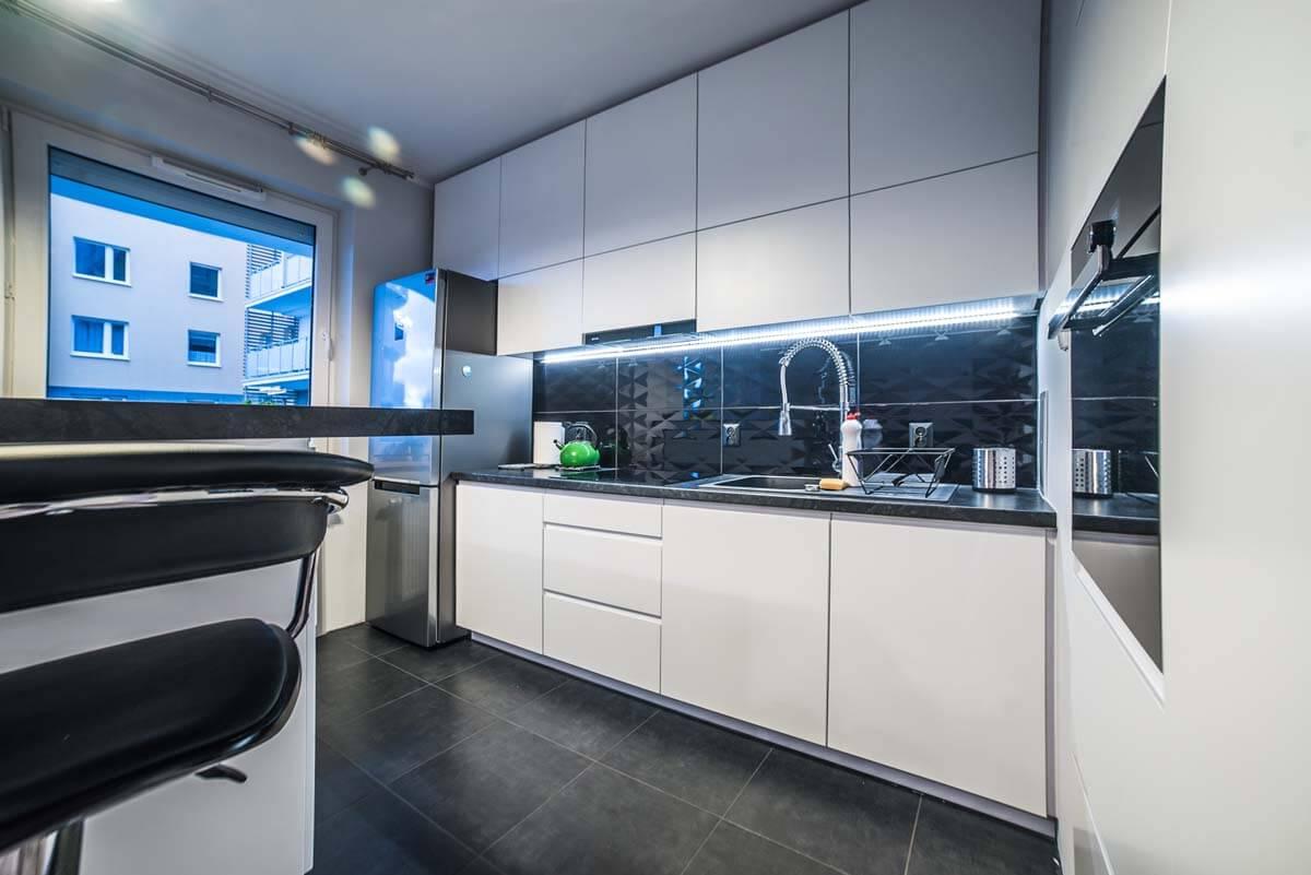 Nowoczesne meble kuchenne w bieli z kontrastujacymi   -> Kuchnia Pod Zabudowe Zdjecia