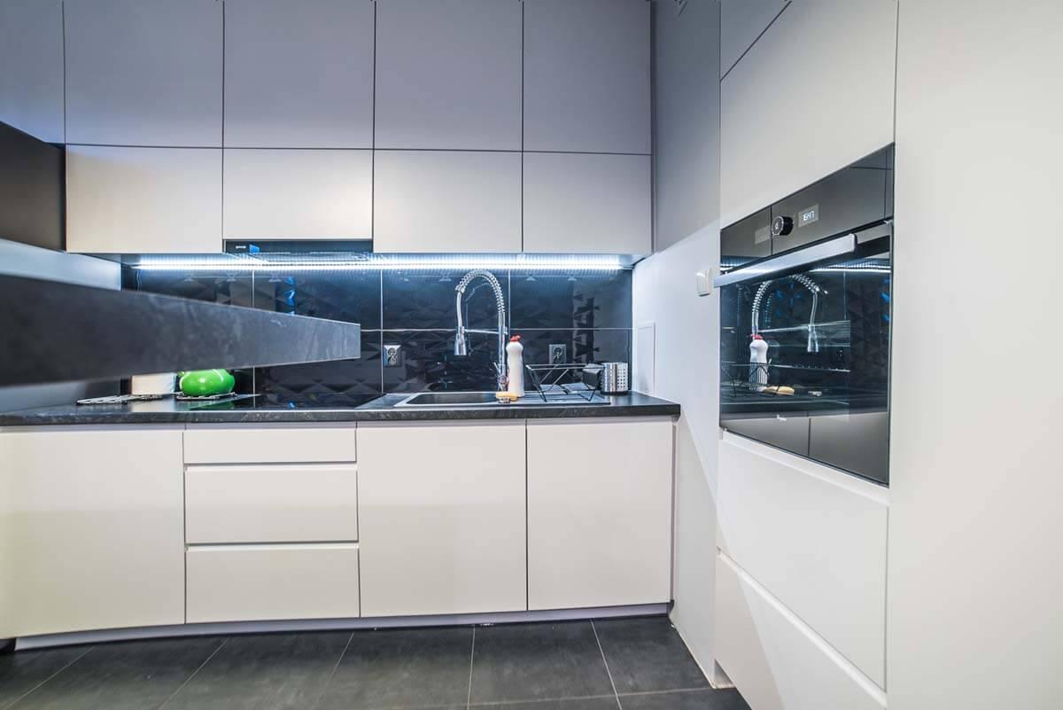 Prawa strona zabudowy sprzętu AGD dla kuchni oraz szafka pod zlew kuchenny.