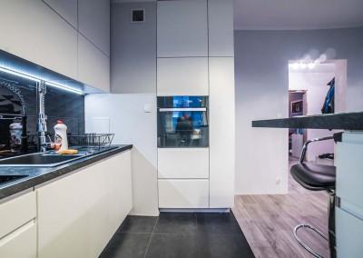Wysoka zabudowa - idealne rozwiązanie do przechowywania w kuchni.