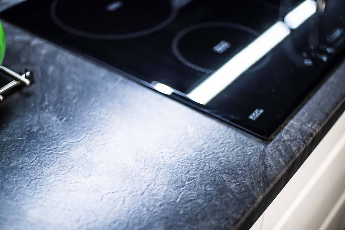 Płyta indukcyjna dopasowana do blatu kuchni na wymiar - Mobiliani.