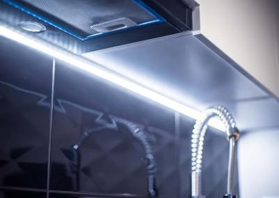 Zdjęcie z realizacji prezentujące podświetlenie led`owe kuchni.