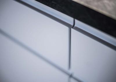 Zbliżenie na zdjęcie prezentujące dopracowanie i eleganckie wykończenie mebli.