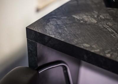 Ujęcie z realizacji projektu mebli na wymiar w kuchni z barem o ciemnym blacie.