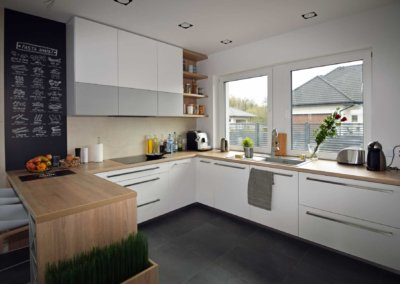 Salon z aneksem kuchennym w domu jednorodzinnym
